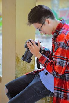 Free Photography Of A Man Holding Black Camera Stock Photo - 119114450