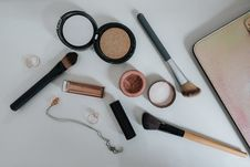 Free Flat Lay Photography Of Makeup Brushes And Compacts Stock Images - 119467404