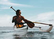 Free Man Riding On Boat Holding Brown Paddle Royalty Free Stock Images - 119467489