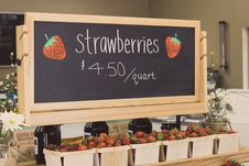 Free Strawberries For 4.50 Per Quartz Signage Above Bunch Of Strawberries Stock Photography - 119467512