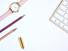 Free Round Gold-colored Watch And Two Pens Royalty Free Stock Photography - 119467737