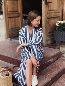 Free Woman Sitting On Stairway Near Brown Door Royalty Free Stock Photo - 119735205
