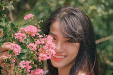 Free Photography Of Smiling Woman Near Flowers Royalty Free Stock Photo - 119735235