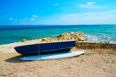 Free Blue Wooden Dinghy Boat Beside Body Of Water Royalty Free Stock Photography - 119999827
