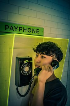 Free Man Holding Black Rotary Payphone Royalty Free Stock Photos - 120074758