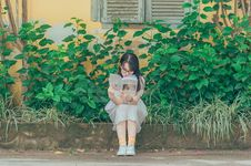 Free Woman Wearing White Dress Reading Book Royalty Free Stock Photography - 120192617