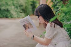 Free Close-Up Photography Of Woman Reading Book Royalty Free Stock Photo - 120264355