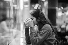 Free Sitting Woman Drinking Coffee Royalty Free Stock Photos - 120462588