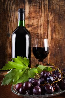 Free Red Grape On Plate With Vine Decoration And Glass And Bottle Of Red Wine Stock Photos - 124489403