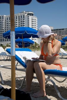 Free Florida Toma Reading Book Under Umbrella Royalty Free Stock Photography - 1250927