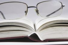 Free Eyeglass On Book Stock Images - 1268044