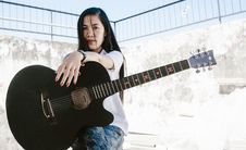 Free Woman Holding Black Acoustic Guitar Royalty Free Stock Photography - 126176997