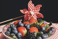 Free Strawberry And Blue Berries On Glass Round Plate Stock Images - 126177324