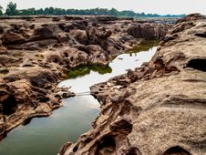 Free Body Of Water In Between Rock Formation Royalty Free Stock Images - 126177639