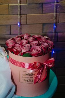 Free Bouquet Of Pink Roses On Round Pink Box Royalty Free Stock Photos - 126177908