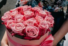Free Person Holding Bouquet Of Pink Roses Royalty Free Stock Photo - 126177965