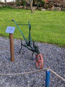 Free Green And Red Wheelbarrow Frame Near Green Grass Stock Photos - 126178263
