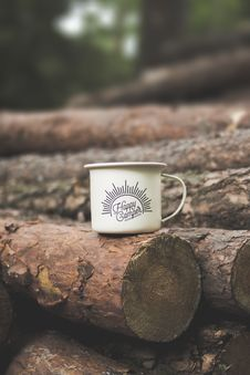 Free White Happy Camper-printed Cup On Brown Wooden Log Stock Photography - 126178632