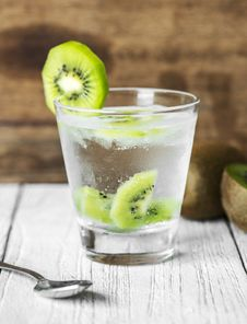 Free Clear Drinking Glass Filled With Clear Liquid And Sliced Of Kiwi Royalty Free Stock Photos - 126179008