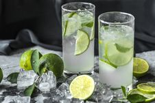 Free Two Drinking Glass With Lime Beverages Stock Images - 126181614