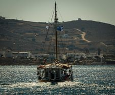 Free Fishing Boat In The Middle Of Body Of Water Royalty Free Stock Photo - 126181835