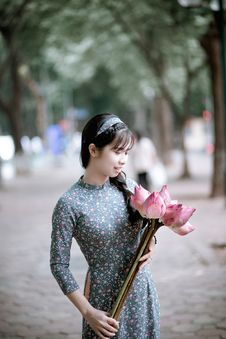 Free Woman Holding Pink Lotus Flowers Bouquet On Road Beside Green Trees Royalty Free Stock Image - 126182306