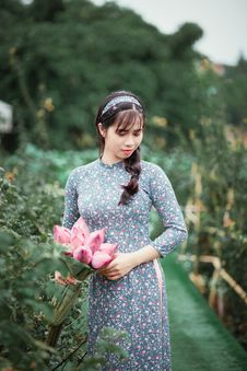 Free Woman Holding Pink Flowers While Looking Downwards Royalty Free Stock Photography - 126182327
