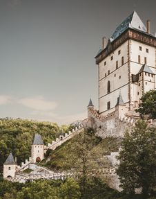 Free White And Blue Castle On Mountain Royalty Free Stock Photography - 126182847