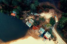 Free Aerial Photography Of Building Beside Trees And Body Of Water Stock Images - 126183474