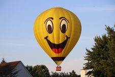 Free Yellow Hot Air Balloon On Air Royalty Free Stock Photos - 126183518