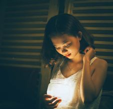 Free Woman Holding Jar With Light Beside Window Royalty Free Stock Image - 126184106