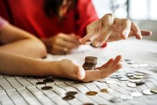 Free Person Holding Coins Stock Photos - 126184283