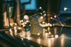 Free Close-up Photo Of Gray Ceramic Cat Figurine Near String Lights Stock Images - 126184824