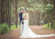 Free Man Wearing Black Suit Jacket And Women Wearing White Wedding Dress Royalty Free Stock Image - 126185036