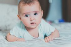 Free Baby In Whit Shirt Crawling On Bed Stock Photography - 126185792