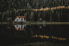 Free House Near Body Of Water Stock Images - 126186074