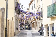 Free Purple Umbrellas Lining On Top Of Grey Concrete Road Stock Photos - 126186483