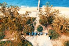 Free Seven Vehicle Park Under Green Leaf Tree Near Ocean Shore Aerial Photography Royalty Free Stock Image - 126187176