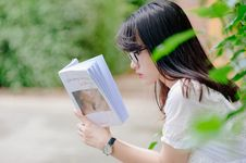 Free Selective Focus Photo Of Woman Reading Book Royalty Free Stock Images - 126187579