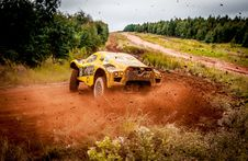 Free Yellow Car On Mud Royalty Free Stock Photo - 126188345