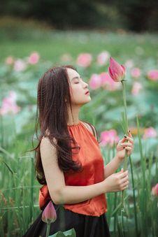 Free Woman Holding Pink Lotus Flower Royalty Free Stock Photos - 126188428