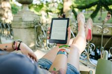 Free Person Holding Person Holding Kobo E-reader Royalty Free Stock Images - 126188549