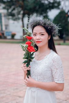 Free Selective Focus Photography Of Woman Holding Three Red Rose Flowers Stock Images - 126189164