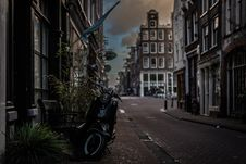 Free Black Motor Scooter Parked Near Building Stock Images - 126189324
