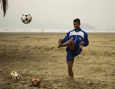 Free Man Playing Soccer On Beach Royalty Free Stock Images - 126189479