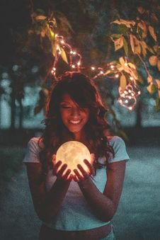 Free Smiling Woman Holding Moon Royalty Free Stock Photo - 126190305