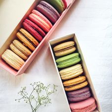 Free Assorted Flavored French Macaroons In Cardboard Boxes Royalty Free Stock Photography - 126190587