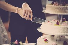 Free Person Holding Knife Slicing 3-layer Cake Royalty Free Stock Photo - 126190785