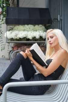 Free Woman Reading Book Stock Photography - 126190952