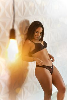 Free Woman Wearing Black Bra And Panty Set Royalty Free Stock Photo - 126191225